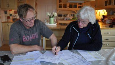 Utregning grovforopptak Eivind Hovland og Bart van Gool i prat rund kljokkenbordet